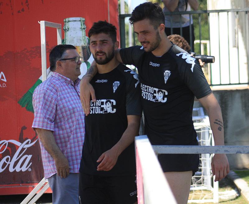 Kevin abrazado a Chuma en uno de sus últimos entrenamientos con el primer equipo del Córdoba en mayo