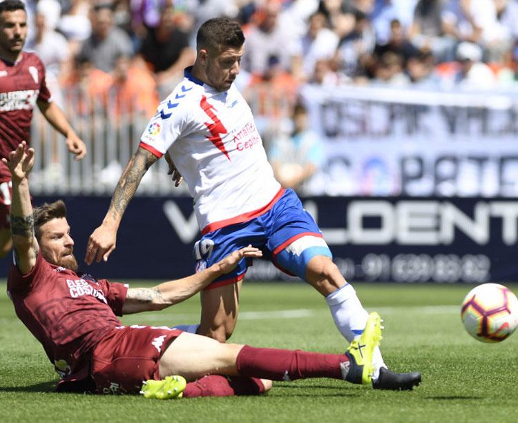 Chus Herrero entrando con fuerza a un jugador del Majadahonda.