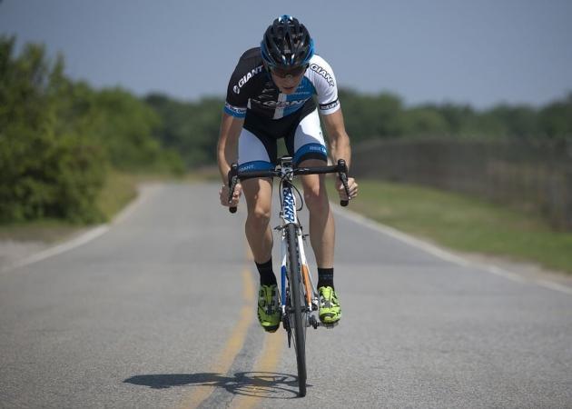 Un ciclismo con su adecuado casco para rodar por carretera