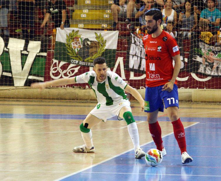 Cordero presiona a un jugador jiennense el pasado sábado