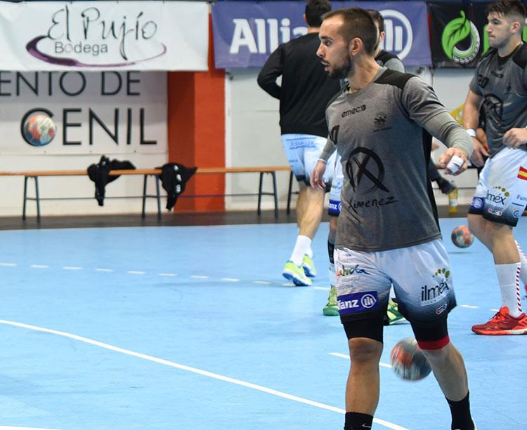 José Cuenca en un calentamiento previo de un partido.