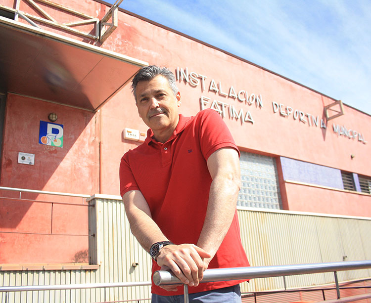 Paco Saavedra, gerente de Apademar, posando en la entrada de la Instalación de Fátima