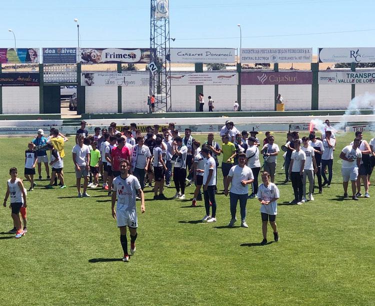 Celebración contenida. Los jugadores y aficionados al final del encuentro de hoy.