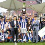Fran González celebrando con su equipo el título de Copa logrado en Hong Kong