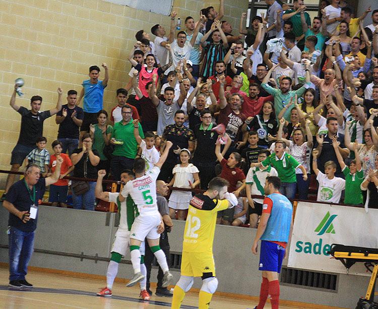 Jesús Rodríguez celebrando el gol de la remontada con Catiti encima y la afición entregada