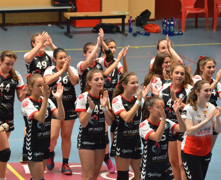 Las infantiles del Cajasur aplauden a la grada tras una de sus victorias