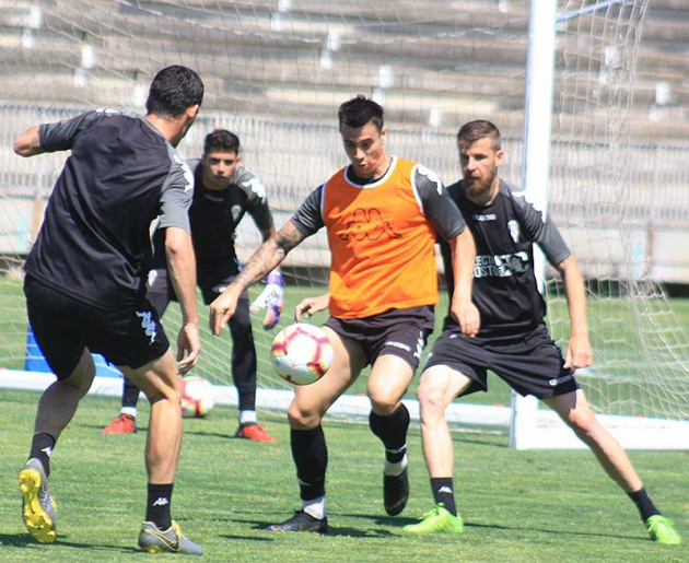 Jaime Romero controla el balón ante Chus Herrero