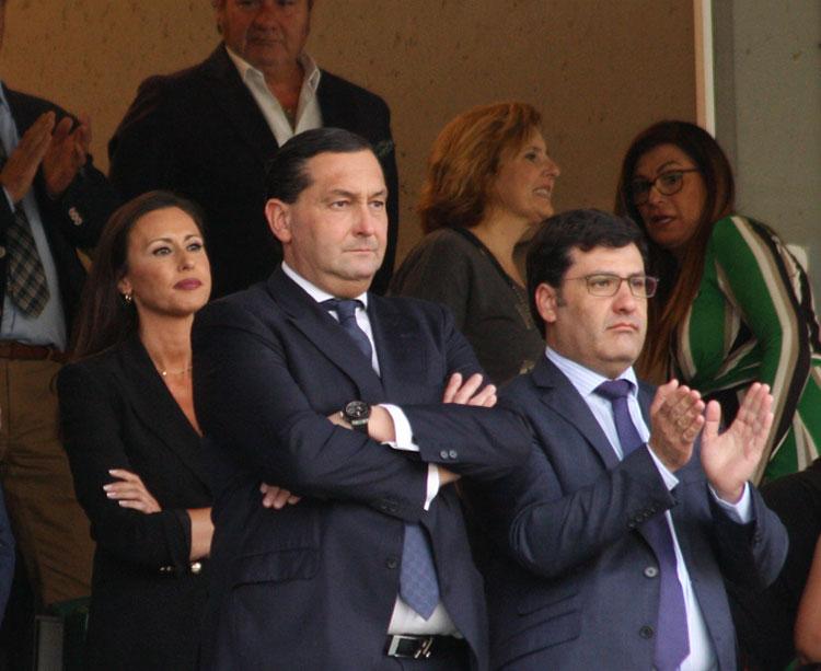 Jesús León aplaudiendo el pasado domingo en el partido ante el Nástic acompañado por Alfredo García Amado, con su esposa y presidenta de la Fundación al fondo