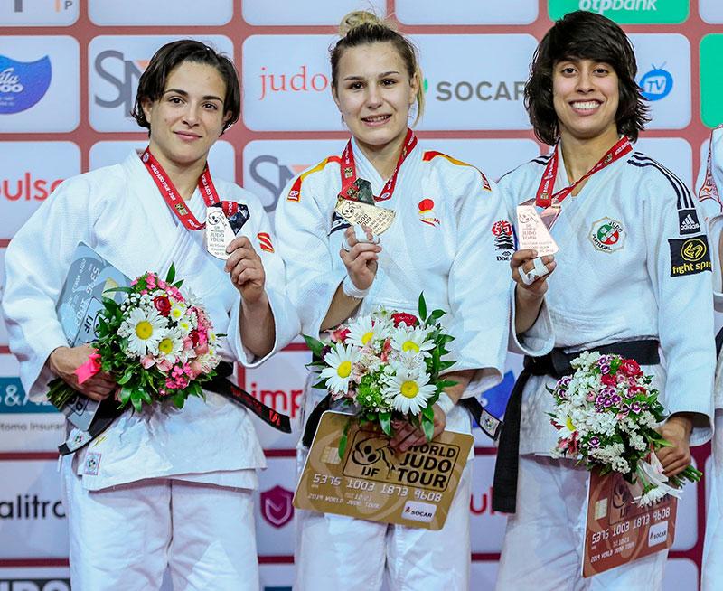 Julia Figueroa en el podio de Baku junto a Laura Martínez y la lusa Caterina Costa
