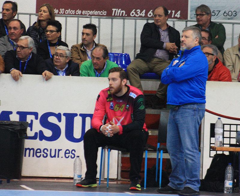 Julián Ruiz siguiendo el partido ante el presidente Mariano Jiménez