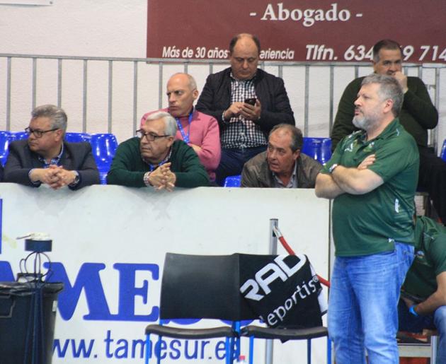 El adiós Oficial. Julián Ruiz en la banda del Alcalde Miguel Salas con el presidente Mariano Jiménez y sus directivos de fondo
