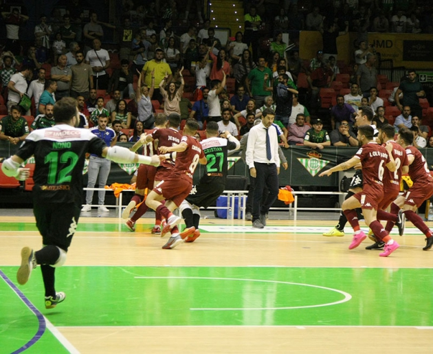La locura. Así salieron corriendo los jugadores del Córdoba CF Futsal cuando Koseky marcó el último gol de la tanda de penaltis