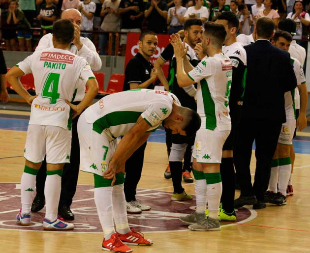 Maca animando a sus hombres a la conclusión del partido, con David Leal en primer plano frustrado. Autor: Paco Jiménez