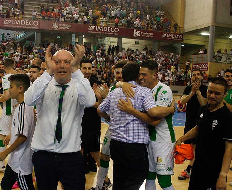 Macario aplaudiendo al público de Vista Alegre en la vuelta por toda la pista que dio junto junto a sus jugadores a la conclusión del partido