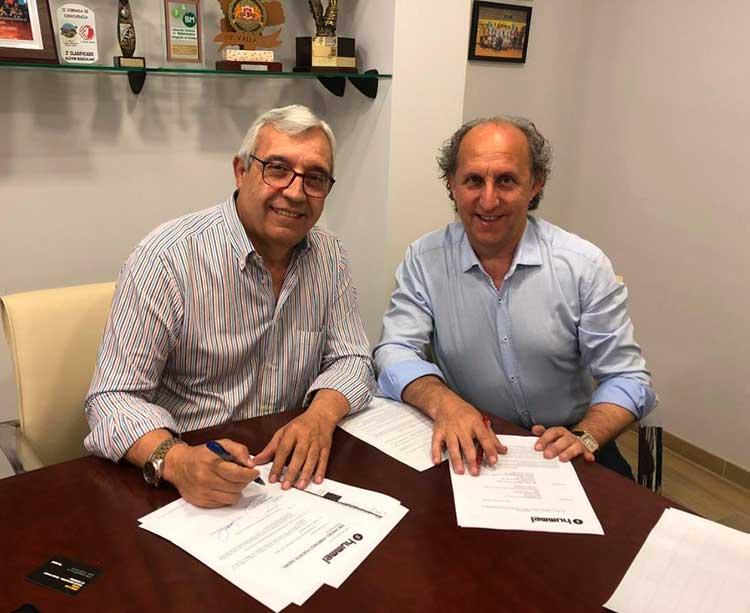 Mariano Jiménez suscribiendo el acuerdo con el representante de Hummel