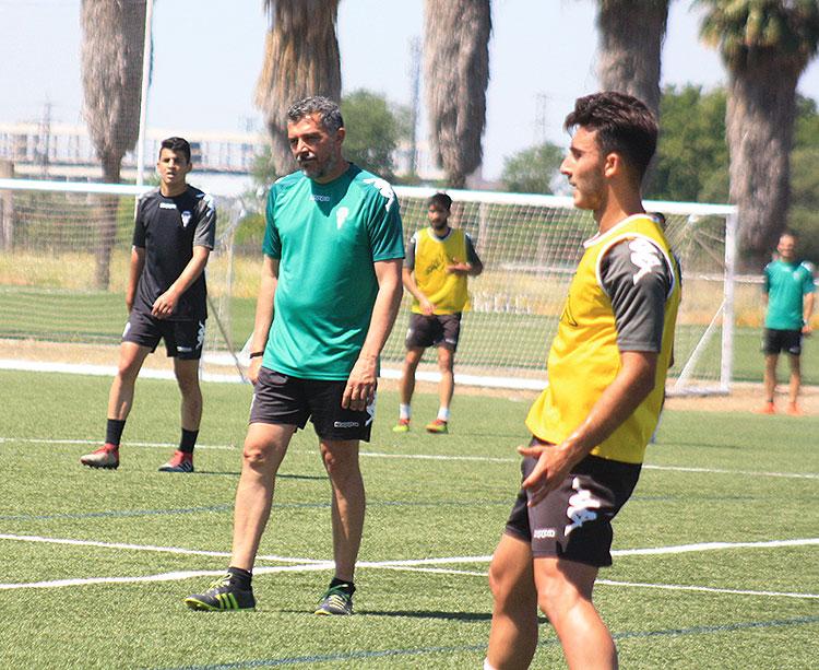 Juan Marrero dirigiendo al filial en uno de sus últimos entrenamiento de la temporada la semana pasada