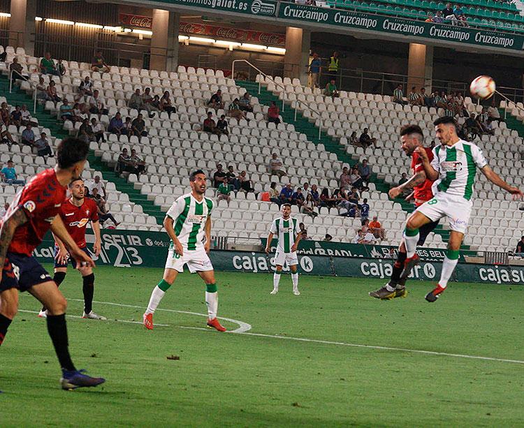 El juvenil Antonio Moyano disputando un balón aéreo con un jugador del Osasuna