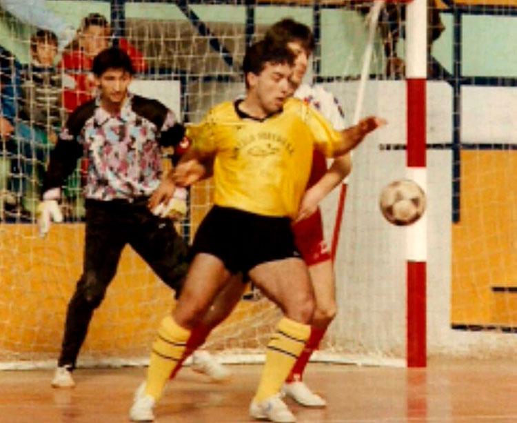 Nando Ariza controlando un balón en la posición de pívot