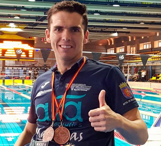 Paco Salinas muestra su pulgar con un par de medallas cogadas a su cuello en Eindhoven