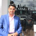 Pedro García posando en la cafetería de El Vial Pádel