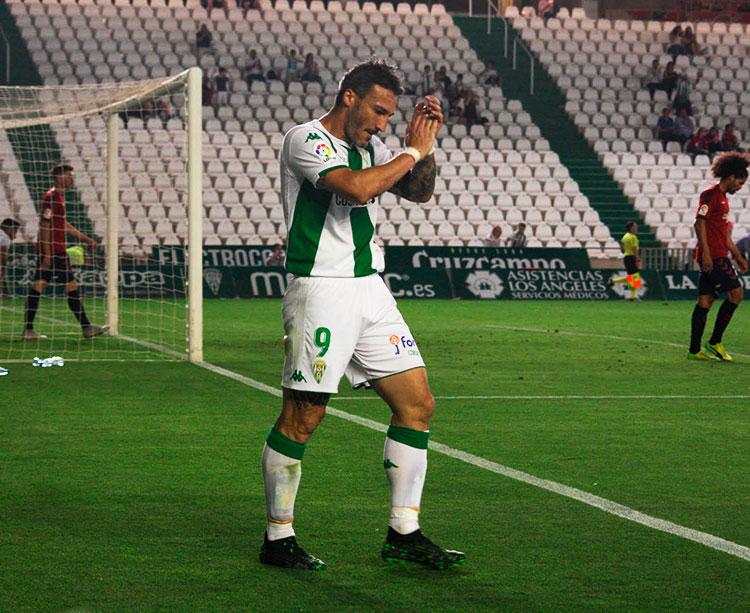 Piovaccari pidiendo perdón tras el que pudo ser su último gol en El Arcángel