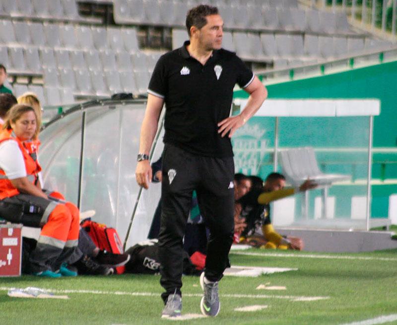 Rafa Navarro siguiendo con sufrimiento los minutos finales del partido ante el Nástic