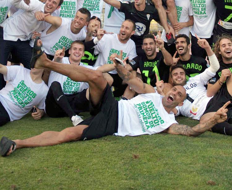 Raúl Bravo, por los suelos, el día del ascenso del Córdoba a Primera