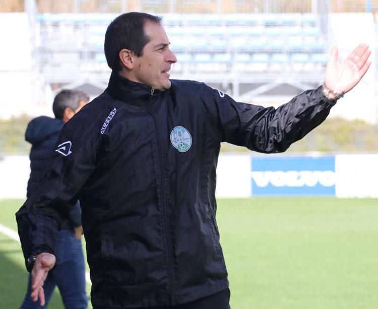 Diego Caro dando instrucciones a sus jugadores desde el área técnica
