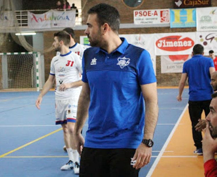 El entrenador del ARS, Víctor Montesinos, siguiendo el juego