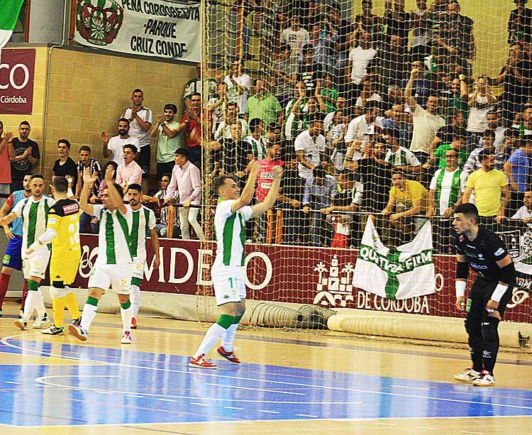 Los jugadores del Córdoba CF Futsal celebrando un gol don la afición