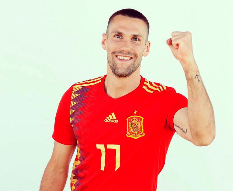 Alfonso Pedraza feliz con al elástica de la Rojita con la que estará en el Europeo sub-21 de Italia y San Marino