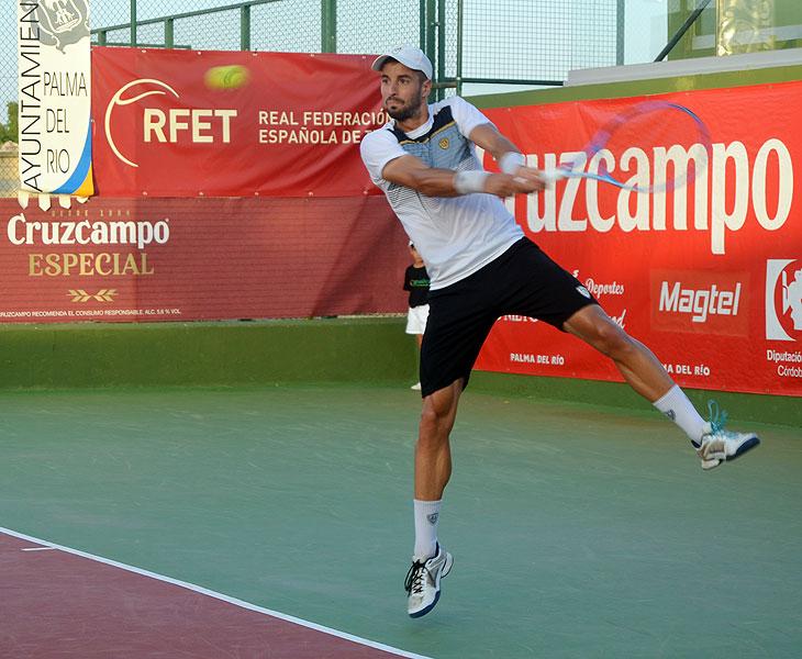 Andrés Artuñedo golpeando desde el fondo de la pista