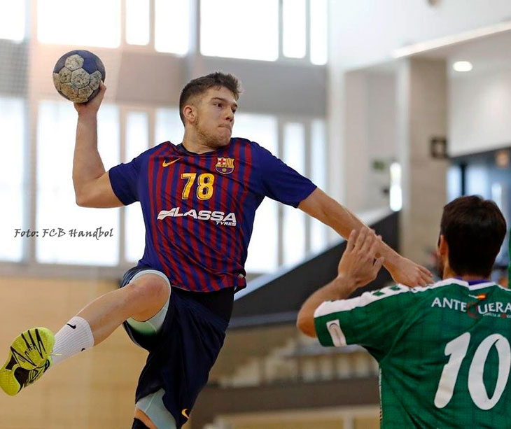 David Estepa armando el brazo antes dos jugadores del Antequera con el filial del Barcelona