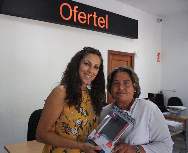 Denisse Ortega rebiendo la minitablet en Ofertel Orange