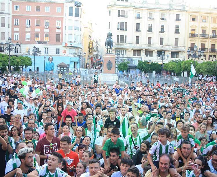 La afición del Córdoba CF Futsal celebrando el ascenso en Las Tendillas