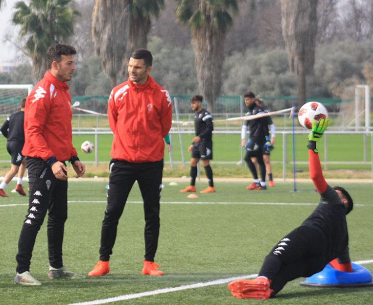 Alberto Montávez entrenando a los porteros con Andrés Armada supervisando la sesión