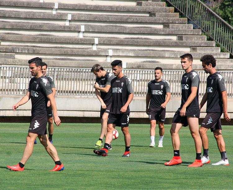 Alfaro, Andrés, Javi Lara, Fernández, Carbonell y Quim Araujo a la conclusión del entreno