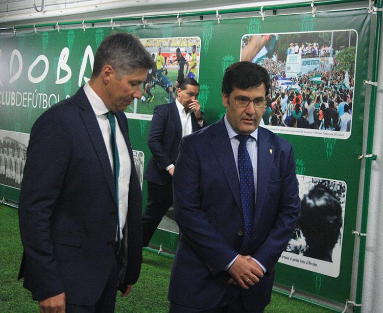 Alfredo García Amado, al fondo, mientras Jesús León y Alfonso Serrano atendían a los medios gráficos cne la premiere del vallisoletano.