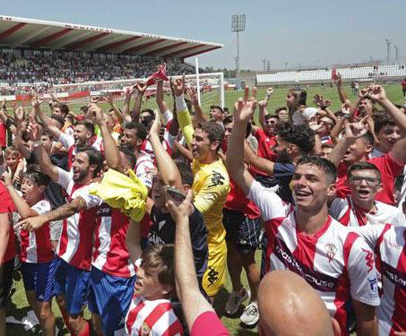 Los jugadores del Algeciras celebrando su goleada con los aficionados