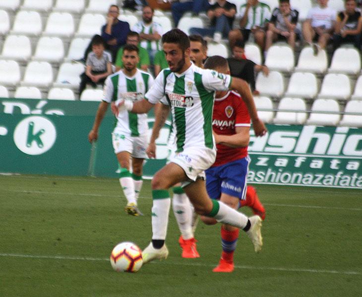 Andrés Martín avanzando con e balón controlado en el partido ante el Real Zaragoza