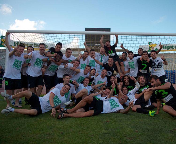 La plantilla del Córdoba celebrando su ascenso en Las Palmas ya con el Gran Canaria vacío en aquel junio de 2014