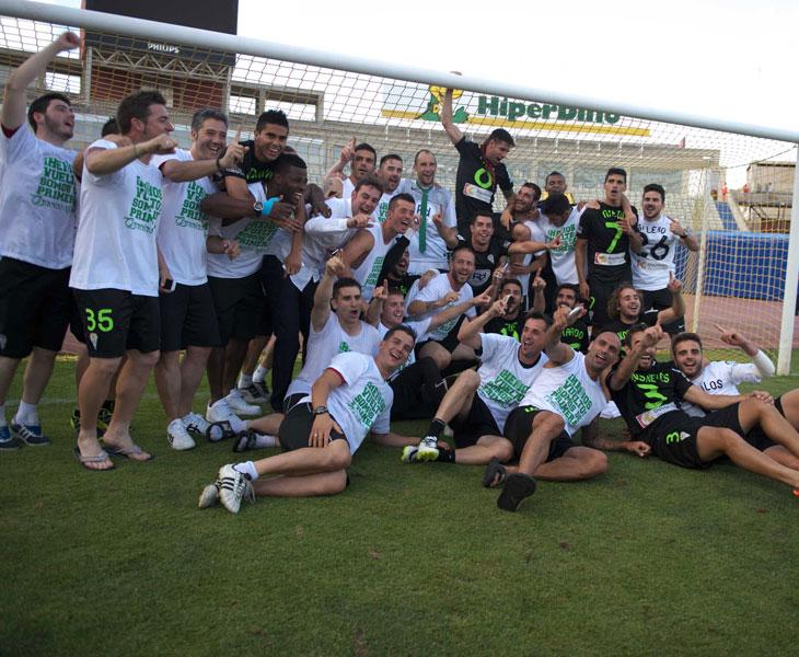 Los jugadores del Córdoba celebrando su ascenso en Las Palmas