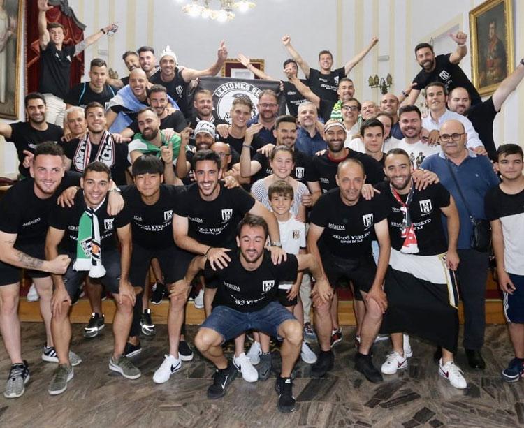 Los jugadores del Mérida, con dos cordobeses en sus filas, Javi Sánchez y Puyi, celebrando su ascenso en el Ayuntamiento emeritense