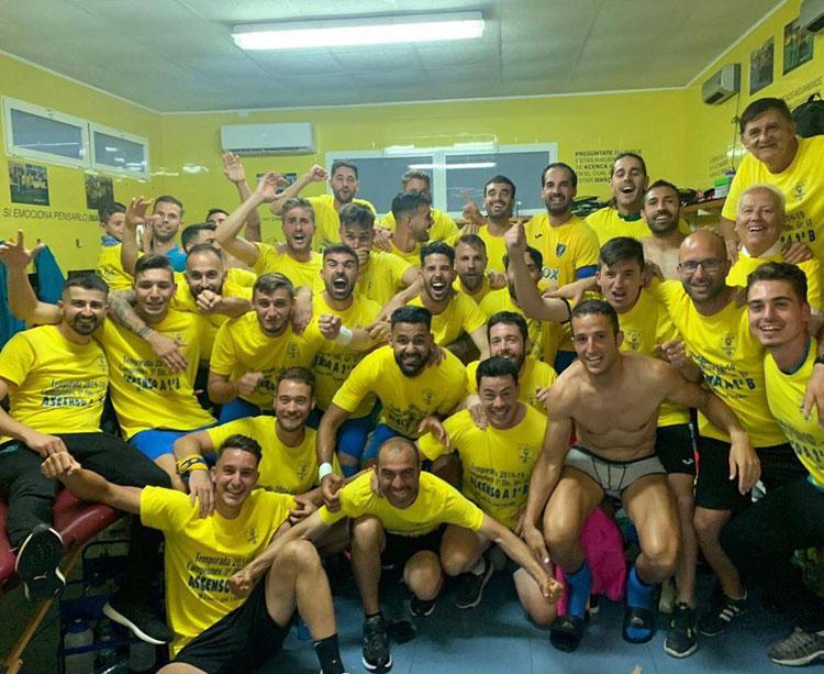 Los jugadores del Orihuela celebrando el ascenso en Los Arcos