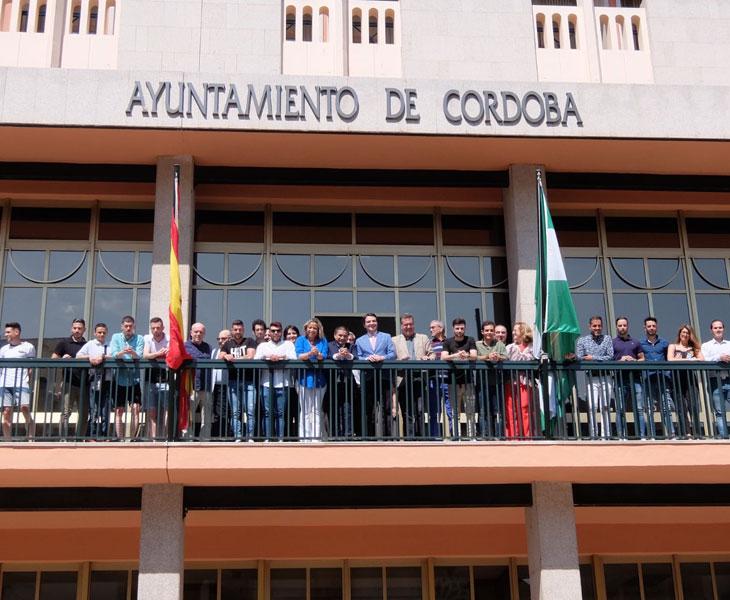 El equipo del Córdoba CF Futsal en el balcón del Ayuntamiento