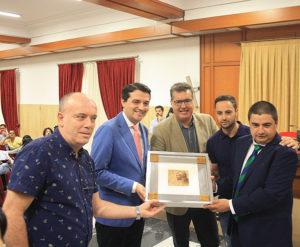 El cuadro homenaje que el Ayuntamiento entregó al Córdoba CF Futsal en reconocimiento a su ascenso a Primera