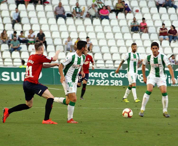 Bodiger recibe el balón en el partido contra Osasun