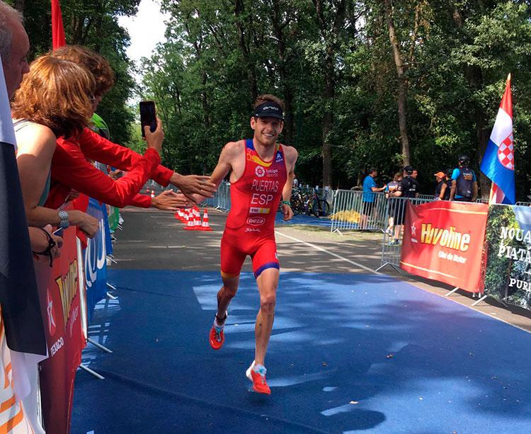 Camilo Puertas en el segmento final de la prueba de triatlón cross disputada en Rumanía
