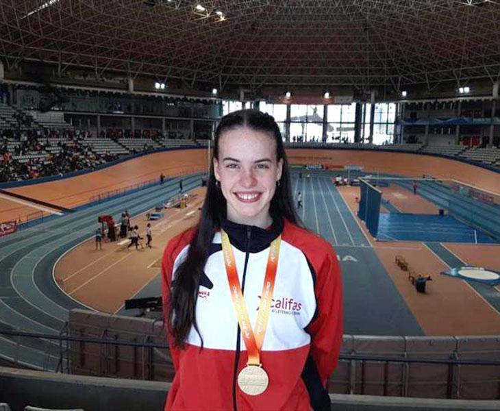 Carmen Avilés con su medalla