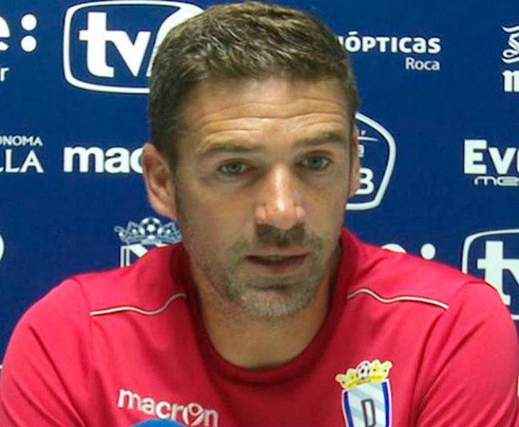 Luis Carrión en sala de prensa con el Melilla